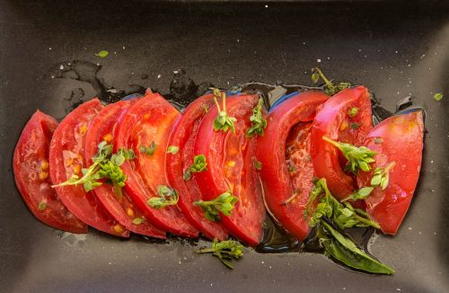pomidorai,bazilikas,salotos,aliejus,druska,butas,raudona