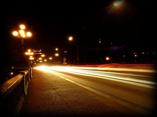 eismas,automobiliai,kelias,naktis,žibintai,prožektorius,vairuoti automobilį,naktinis važiavimas