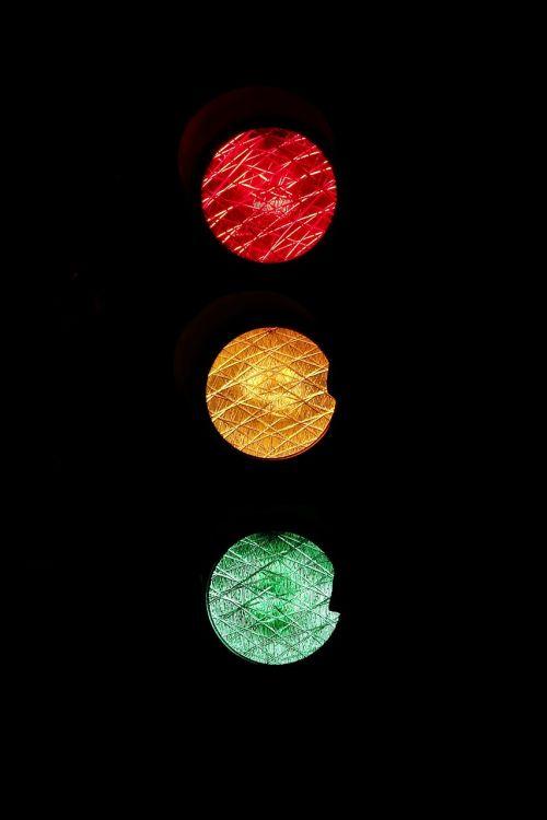 šviesoforas,kelio ženklas,raudona,geltona,žalias,laukti,eiti,nerealu,nenormalus,supainioti,eismo signalas,šviesos signalas,kelio taisyklės,kelias,šviesa,švyturys,šviesos signalas,perjungti,dėmesio,atsargiai,taisyklės,reguliuoti,nerealu,paradoksas,absurdas,opozicija,absurdiškumas,nesąmonė