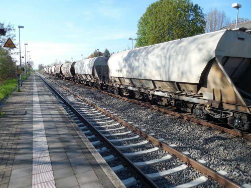 traukinys,prekinis traukinys,traukinių stotis,transportas,geležinkelis,geležinkelių transportas,krovininiai vagonai,atrodė,gleise,krovininis transportas,geležinkelio bėgiai,prekių gabenimas