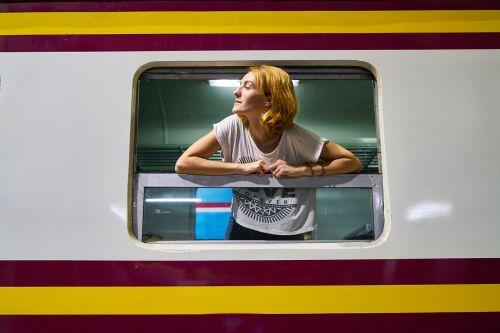 traukinys,senas,vintage,moterys,moteris,mergaitė,stotis,Tailandas,Bangkokas,fotografija,kelionė,kelionė,atostogos,kelionė,vienas,pažintys,langas
