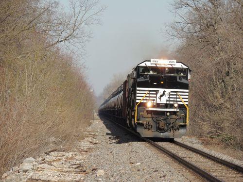 traukinys,traukinys upės slėnyje,traukinio logotipas,ilgas traukinys,geležinkelis,geležinkelio keliai