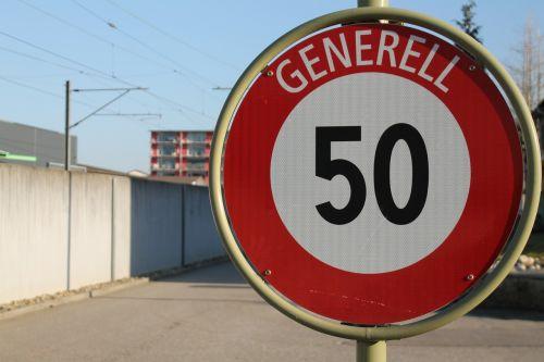 transporto panelė,penkiasdešimt,eismas,greitis,kelias,kelių transportas,greitai,lėtai,50,kph,rida,kelio zenklas,kelio ženklas,greičio ženklas,Maksimalus greitis,Maksimalus greitis,riba,stabdis,duoti dujas