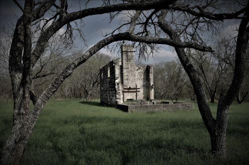medis, lauke, gamta, kraštovaizdis, žolė, mediena, horizontali plokštuma, filialas, architektūra, šešėlis, senas, paslaptis, griuvėsiai, vaiduoklis, creepy, sodyba, be honoraro mokesčio