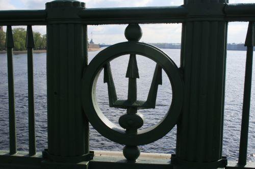 turėklai, metalas, dekoratyvinis, emblema, tridentas, trys & nbsp, šakutės, poseidonas, vanduo, tiltas, tridento emblema ant tilto