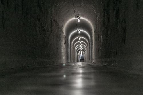 tunelis,grindys,tamsi,lempa,šviesa,apšvietimas,tamsa,juoda,bėgikas Brazilija,Brazilija