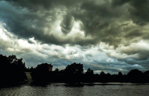 neįprasti debesys, debesų veido, demonas veido virš miesto, debesys virš upės, juoda debesys, į debesis dangus, debesys, kraštovaizdis, atmosfera, nuotaika, fantazija, Mystic, mįslingas, apšvietimas
