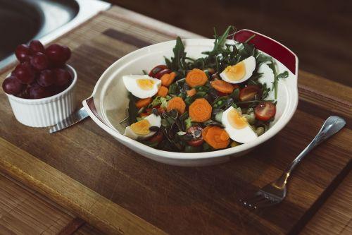 daržovių,salotos,maistas,kiaušinis,Vynuogė,vaisiai,restoranas,dubuo,šakutė,medinis,stalas,pusryčiai,pietūs