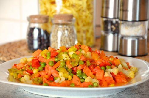 daržovės,sumaišyti daržovės,žirniai,morkos,virėjas,sveikas,skanus,maistas,vitaminai,mityba,frisch,šaldytos daržovės,spalvinga,valgyti,plokštė