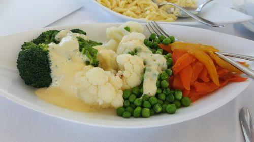 daržovės,morkos,žiediniai kopūstai,žirniai,plokštė,stalo įrankiai,restoranas,stalas,staltiesė,balta staltiesė,balta plokštė,raudona,žalia balta,Brokoliai,valgyti,daržovių plokštė