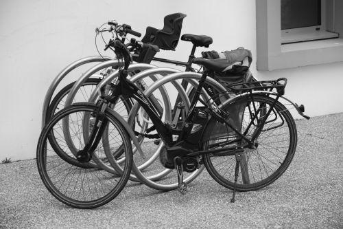 dviračiai, dviračiai, du ratukai & nbsp, juoda & nbsp, balta, miestas, miesto, dviračiai ant šaligatvio