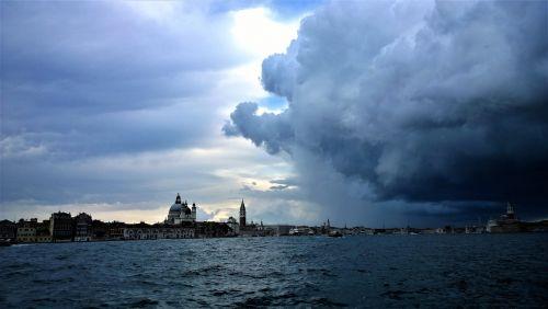 Venecija,perkūnija,horizontas,Himmel,vanduo,gamta,debesis,vakaras,Peržiūros,audra,italy,gražiai,saulėlydis,dramatiškai,jūra,siluetas,miestas,griauna,audros debesys,twilight,lauke,nuotrauka,Turistų kelionės tikslas,kurortas,pastatai,kelionė,kelionė,Kelionės tikslas,vaizdas,horizonto linija,bažnyčios bokštas,turistinis,gražus namas
