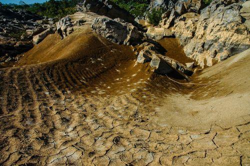 vertocknete žemė,įtrūkimai,molio dirvožemis