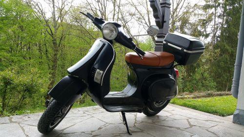 vespa,piaggo,kultas,volas,motoroleris,judėjimas,laisvalaikis,apdaila,ratas,oldtimer,transporto priemonė,dviračių transporto priemonė,dekoratyvinis,retro,senas,raudona,mopedas,vairai,motociklas,deko