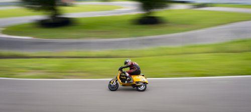 vespa,lenktynės,išeiti,lenktynių trasa,kelias,kreivė,asfaltas,greičio įrašas,teisinga kreivė,vairuotojas,rizikingas,geltona,skubėti,rizika