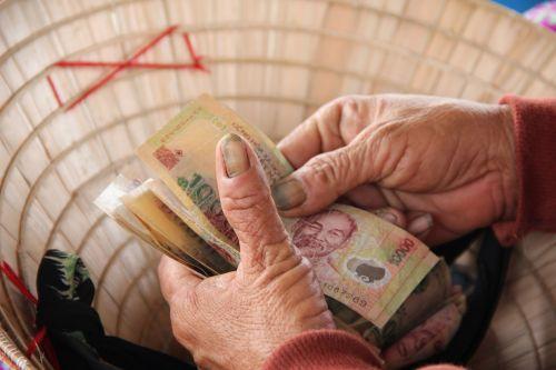 Vietnamas,hoian,gatvės prekeivis,dong,prekyba,pinigai,rankos