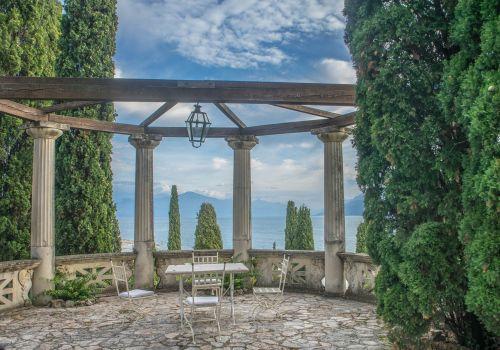 vila kortinas,pavėsinė,sirmione,architektūra,vasara,laisvalaikis,sodas,šventė,italy,valgymo vieta,lauke,gamta,atostogos,dangus,kraštovaizdis
