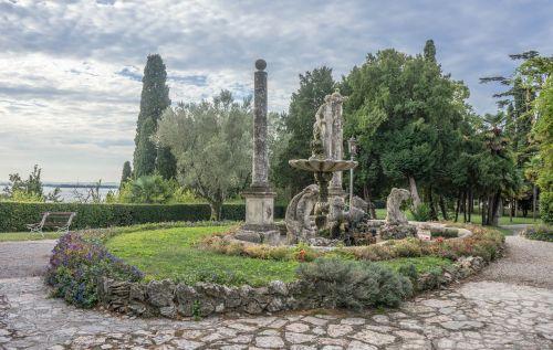 vila kortinas,sirmione,sodas,kraštovaizdis,italy,gamta,lauke,vaizdingas,dangus,vasara,statula,gėlės,saulėtas,dangaus debesys