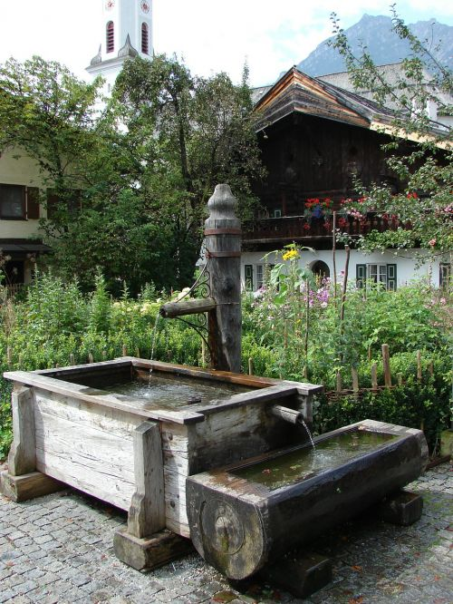 kaimo fontanas,fontanas,medžio fontanas,tik,brunnentrog,miškai,projektinė parazivalinė fontano konstrukcija,geriamas vanduo