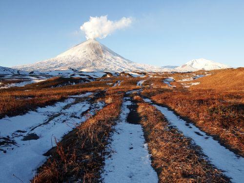 vulkanas,klyuchevskaya sopka,išsiveržimas,pelenų sluoksnis,traukinys,kamchatka,kalnų plynaukštė,aukštis,tundra,ruduo,šaltis,rytas