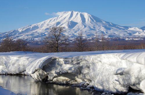 vulkanas,upė,papludimys,lenkti,tyla,ramybė,atspindys,miškas,medžiai,kraštovaizdis,gamta,kalnai,vanduo,žiema,sniegas,atvira erdvė,kamchatka,pasukti upę,ledas,rami upė