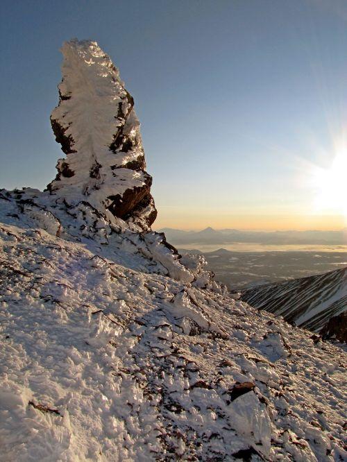 vulkanas,kalnai,viršuje,akmens statula,šilto butte,akmens ramstis,sniego plunksnos,sargas,kraštovaizdis,gamta,kamchatka,nipelis,sniegas,žiema,šlaitai,šaltis,vakaras,blizzard,saulėlydis,akmenys