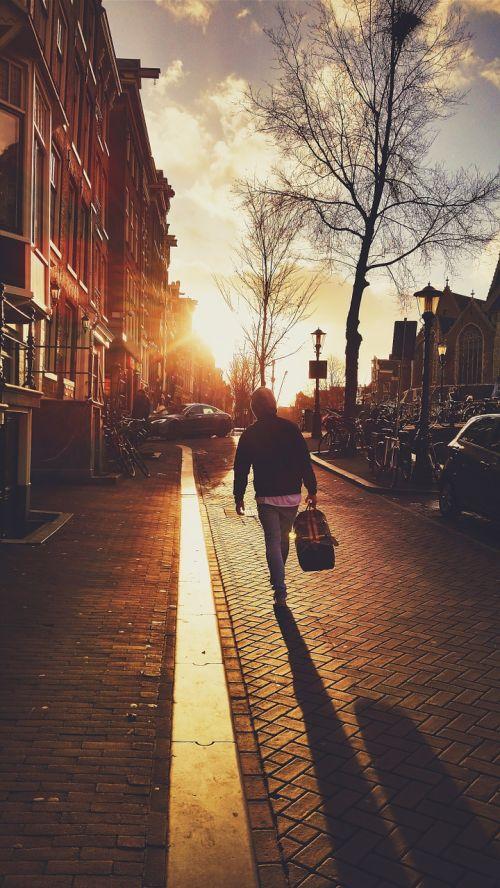 vaikščioti,vaikščioti,saulė,saulėlydis,bagažas,kelionė,keliautojas,dreifas,dreifas,vyras,žmogus,asmuo,tyrinėti,nuotykis,atrasti,palikti,palieka,išsiskirti,priklausymas,savo,Europa,gatvė,atspindys,šviesa,žiema,ruduo,šaltas,gyvas,namai,gyvenamoji vieta,vaikščioti,žmonės,gyvenimo būdas,lauke,gamta,laimingas,vasara,moteris,laisvalaikis,kartu,jaunas,sveikas,Moteris,mergaitė,šypsosi,parkas,pasivaikščiojimas,suaugęs,Patinas,atsitiktinis,saulėtas,moterys,gyvenimas,aktyvus,vyksta,saulės šviesa,grupė,balta,pora,laimė,šeima
