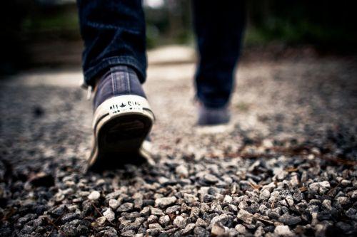 vaikščioti,pėdos,žvyras,kelias,avalynė,vaikščioti,kojos,vyras,Patinas,pasikalbėti,sportiniai bateliai,žygiai,džinsai,blur