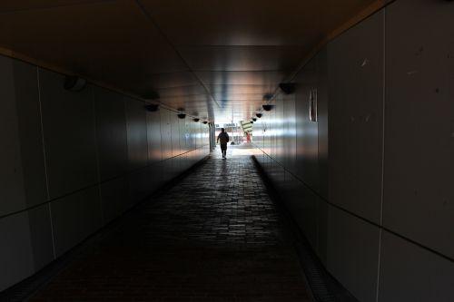 eiti & nbsp, per & nbsp, šviesą, šešėlis, šviesa, tunelis, po žeme, siena, kelias, vaikščioti per šviesą