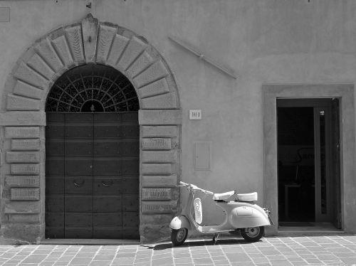 isp,durys,motociklas,durys,karštas,siena,vasara,sultriness,įėjimas,senos durys,miesto,akmuo,saulė,italy,gubbio,umbria,vairai,balnas,švyturys,molbertas