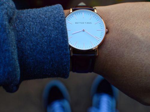 žiūrėti,laikrodis,laikas,laikrodis,mechanizmas,laikrodžio veidas,mechaninis,veidas,ranka,ranka,riešas,rankiniai laikrodžiai,avalynė,žiūri,geresni laikai,užrašas