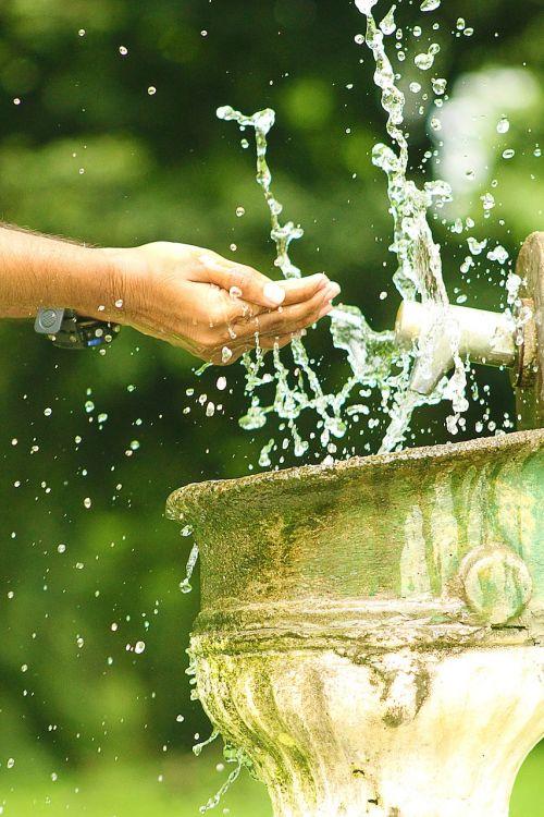 vanduo,vandens purslų,bakstelėkite,purslų,srautas,purslų,teka,blizgantis,lašas,gamta,asmuo,plauti,šviežumas,burbulas