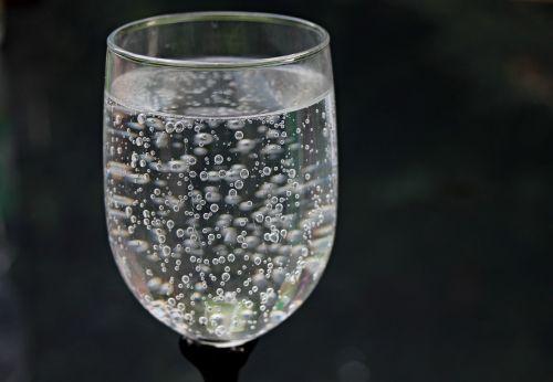 stiklinė vandens,vanduo,mineralinis vanduo,burbulas,karoliukai,anglies rūgštis,stiklas,gerti,troškulys,geriamasis stiklas,atsipalaidavimas,skystas,aušinimas,veidrodis,šlapias,putojantis