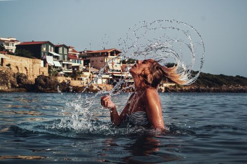 vandens įpylimas plaukais,graži mergina,portretas prie jūros,judėjimas,mergaitė,vanduo,jaunas,plaukai,purslų,moteris,Moteris,gyvenimo būdas,vasara,šlapias,kaukazo,kūnas,purslų,lašas,portretas,modelis,kurortas,jūra,švarus,papludimys,mėlynas,maudymosi kostiumėlį