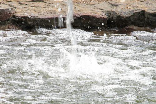 vandens purslų,lašeliai,purslų,skystas,srautas,krioklys,struktūra,kaskados,teka,purslų,lašai,tvenkinys,vanduo,ramus,vaizdingas,apželdinimas,judėjimas,šlapias,Rokas