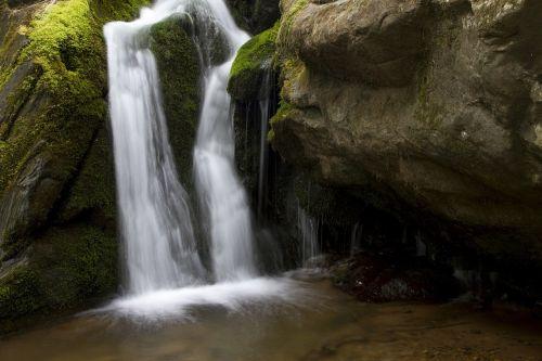 krioklys,kaskados,teka,vaizdingas,kraštovaizdis,geologija,kalnai,lauke,miškas,žalias,upė,Rokas,gamta,miškai,baseinas,vanduo