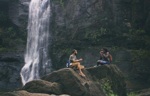 kriokliai,meilė,pora,moteris,jaunas,vyras,romantiškas,gamta,kartu,du,lauke,nuotykis,vanduo,laimingas,šventė,turizmas,Rokas,peizažas,vaizdingas,natūralus,aplinka,athirappilly,kerala,kerala krioklys