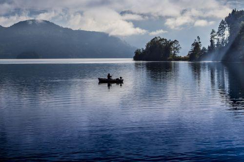 vandenys,ežeras,atspindys,gamta,aušra,saulėlydis,dangus,kelionė,panorama,kraštovaizdis,kalnas,dusk,boot,vakaras,vanduo,fischer,žvejys,poilsis,siluetas,taikus,žvejyba,žuvis,debesys,atmosfera,vandens atspindys,nuotaika,abendstimmung,uostas,atmosfera,purpurinis vanduo,uosto motyvai,lietingas oras