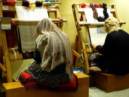 pinti susiejimas,kilimas,arbeiterinportrait,audėjas,darbas,amatų,moteris,sriegis,verpalai,šilkas,žaliavinis šilkas,modelis,šablonas,rėmas,stelažai