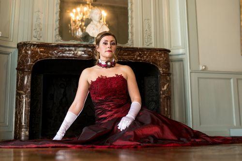 vestuvinė suknelė,raudona,bažnyčia,koplyčia,muziejus,ūkis,nėriniai,Vestuvės,suknelė,tulė,balta,liustra,italy,rankos,garsus paveikslas,karoliai,Apvalus kaklas,kaklas,židinys