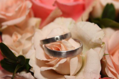 Vestuvinis žiedas,žiedas,Vestuvės,anksčiau,meilė,Vestuviniai žiedai,tuoktis,santuoka,auksas,romantika,Auksinis Žiedas,kartu,gražus,simbolis,nuotaka ir jaunikis,bendravimas,vestuvių puokštė,gėlė