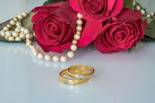 Vestuviniai žiedai,žiedai,auksiniai žiedai,rožės,perlų vėrinys,styginių perlų vėrinys,bendravimas,auksiniai žiedai,meilė,kartu,ryšys,priesaika,Visą laiką,prijungtas,vestuvių dieną,ilgiau dėvimi žiedai,įbrėžimai ant žiedų,kasdieniniai žiedų pėdsakai,graviūrų,užrašas,amžinai,papuošalai,perlų vestuvės,30 metų santuokos