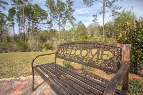 Sveiki,stendas,lauke,metalinis stendas,parko suoliukas,sėdi,saulėtas,teigiamas