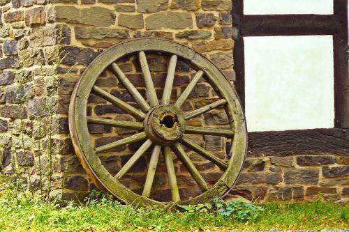 ratas,vežimo ratas,ratukas,medinis ratas,mediena,stipinai,senas,nostalgija,senas vagono ratas,Žemdirbystė,sodyba,nostalgiškas,anksčiau,akmeninė siena,santūra,fachwerkhaus,idilija,dekoratyvinis,natiurmortas,istoriškai,Vokietija