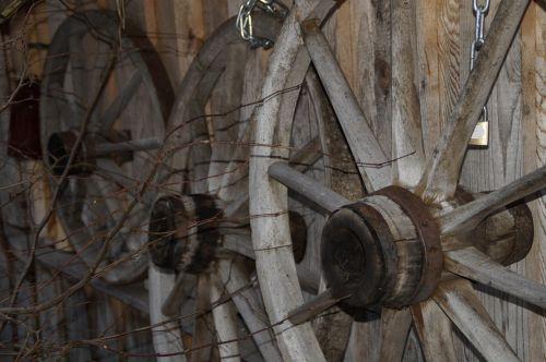 ratai,ratas,medinis ratas,mediniai ratukai,stipinai,vežimo ratas,vežimėlio ratas,vežimėlių ratai,mediena,senas,seni ratai