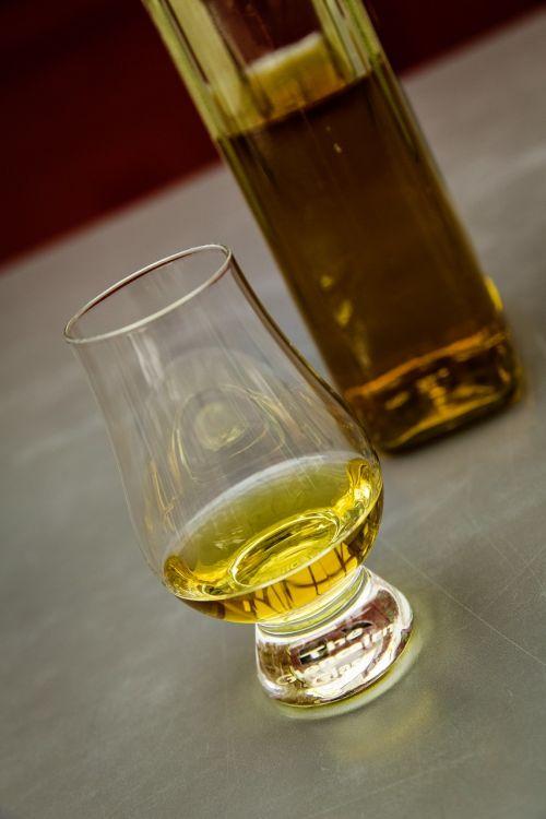 viskis,viskis,alkoholis,stiklas,baras,brendis,gerti,butelis,viskio stiklas,Burbonas,Wiskeyglas,rūgštinis whisky,barmenas,priklausomybe,geriamieji,alkoholikai,alkoholinis,krištolo stiklas