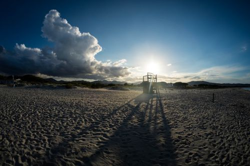 balta,smėlis,saulėtas,dienos šviesa,saulės šviesa,saulės šviesa,saulėtekis,papludimys,debesys,dangus,kalnas,kraštovaizdis