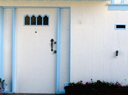 durys, balta, mediena, apkarpyti, mėlynas, langai, mažas, balta durys, mėlyna apdaila