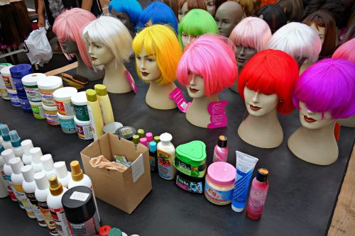 perukas,plaukai,lėlės,šukuosenos,mada,moterys,grožio plaukai,fluorescencinė spalva,raudoni plaukai,žali plaukai,rožiniai plaukai,geltoni plaukai,glamoras,turgus,prekystalis