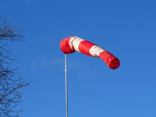 vėjo krypties indikatorius,oro pagalvė,nuo vėjo,vėjarodė,regioninis aerodromas,anemometras,vėjo krypties jutiklis,vėjo indikatorius,vėjarodis,vėjo greitis,vėjo kryptis,supaprastinta,dryžuotas,vėjas,oras,dangus,raudona,vėjo kojė,indikatorius,medžiaga,pietus vėjas,stiebas,plastikinė vėliava,plazdėjimas,orientacija,vėjuota,smūgis,mėlynas,simbolis